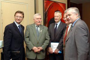 Prezydent Lech Wałęsa i Marszałek Sejmu Włodzimierz Cimoszewicz gośćmi jubileuszu PAFW, z Prof. Zbigniewem Brzezińskim