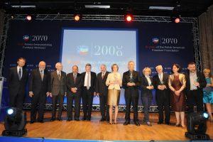 Członkowie Rady Dyrektorów PAFW i przedstawiciele organizacji nagrodzonych za realizację programów Fundacji