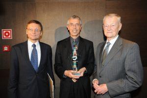 Dyrektor CEO Jacek Strzemieczny ze statuetką PAFW w towarzystwie Zbigniewa Brzezińskiego i Jerzego Koźmińskiego