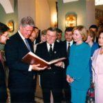 Prezydent Bill Clinton, prezydent Lech Wałęsa, Hillary Clinton, Danuta Wałęsa, wiceminister Robert Mroziewicz, ambasador Jerzy Koźmiński – Pałac Prezydencki, Warszawa, 1994