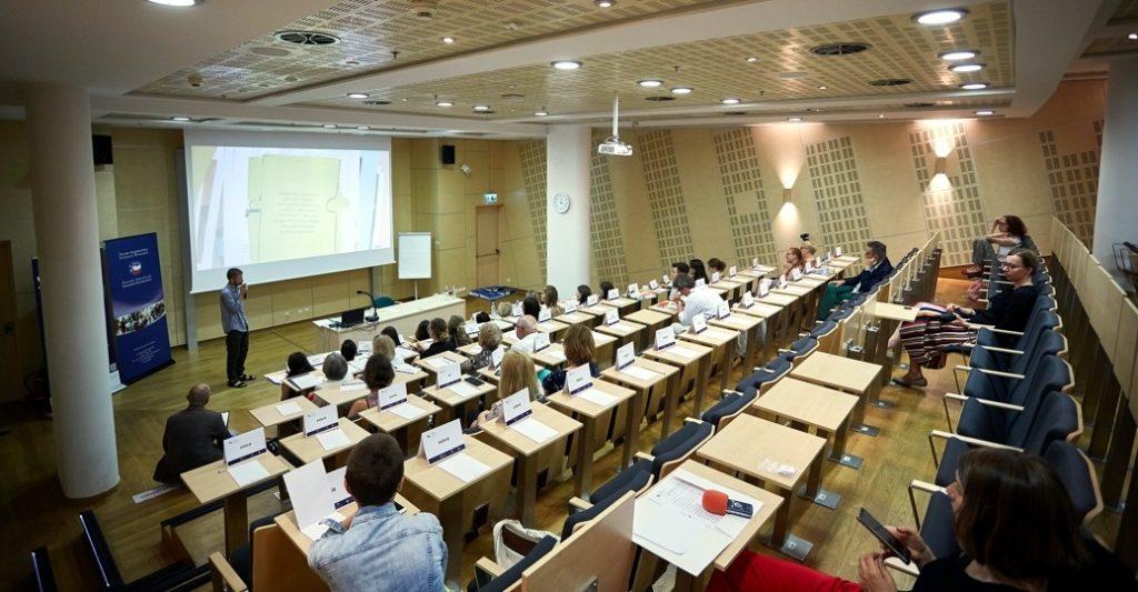 Absolwenci trzeciego rocznika Szkoły Edukacji z dyplomami